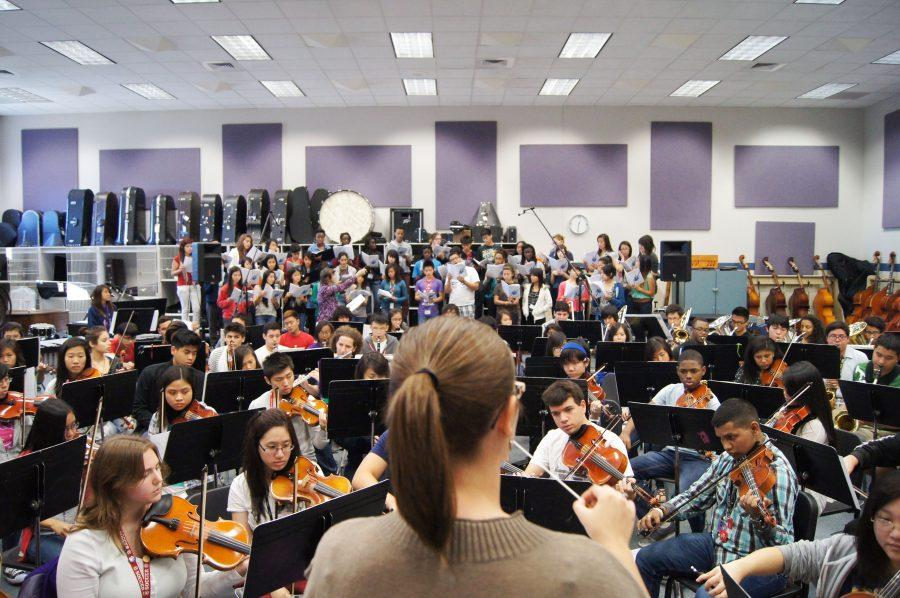 The varsity ensembles (Band, orchestra, and choir) have a joint rehearsal for their upcoming concert. Photo by: Alyssa Martinez